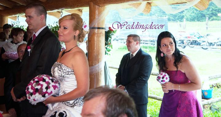Naše spokojné zákazníčky a naše výrobky :) - Nevesta Viki - svadobná kytica, pierko pre ženícha, kytica pre družičku, ozdôbka do vlasov