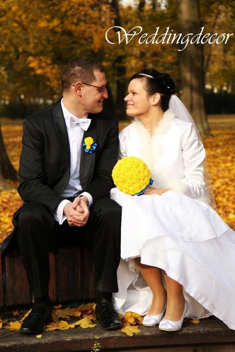 Naše spokojné zákazníčky a naše výrobky :) - Nevesta Evka s našou žltou modrou kyticou a pierkom pre ženícha :)