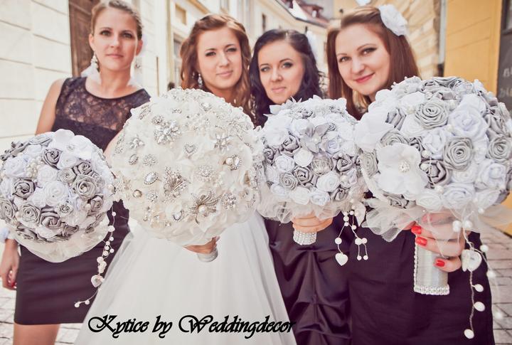 Naše spokojné zákazníčky a naše výrobky :) - Nevesta Vladka - kytica pre nevestu, pierko pre ženícha, kytice pre družičky, náramky pre družičky, kvetinová výzdoba