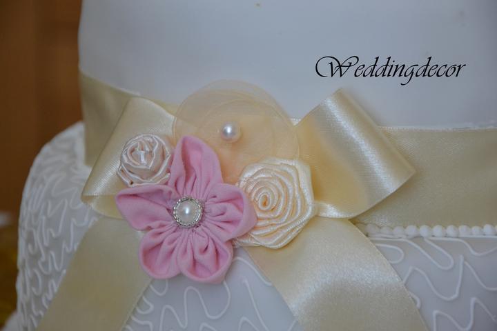 Naše spokojné zákazníčky a naše výrobky :) - Ozdobná brošnička na svadobnú tortu pre nevestu Ivetku