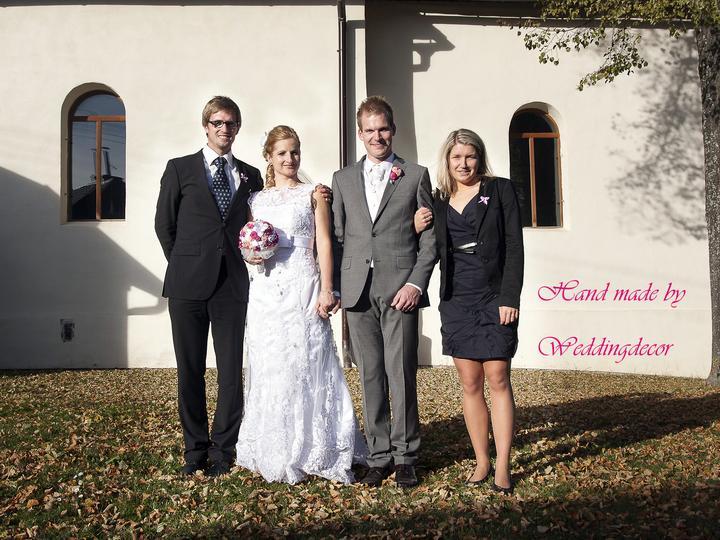 Naše spokojné zákazníčky a naše výrobky :) - Nevesta Zuzka a naša kytica - svadobná v trojici :)