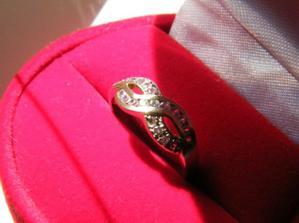 moj zasnubny prstienok.. snazila som sa naznacit mojmu drahemu, ze sa mi pacia take jednoduche s jednym kamienkom.. asi slabo.. :) tento ich ma 21