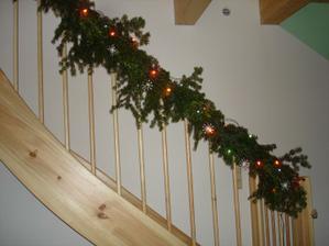jednoduše nazdobené schodiště
