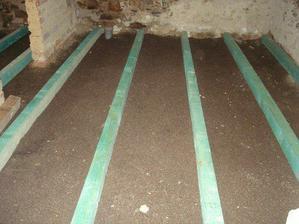 dělání podlahy v chodbě a technické místnosti
