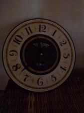 nové hodiny,jen musím vymyslet něco s ručičkama,protože jak jsou černé,tak je špatně vidět kolik je hodin
