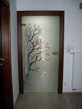 Cena cca 600 EUR so zárubňami. Ale to bola zákazka na dvere do celého domu.Vzor som si kreslila sama. Som niekde videla niečo podobné