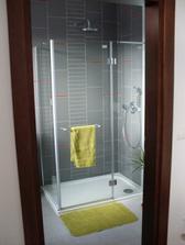 Konecne osadeny sprchovy kut. Spodna kupelna v dennej casti - rychlejsia, chladnejsia...