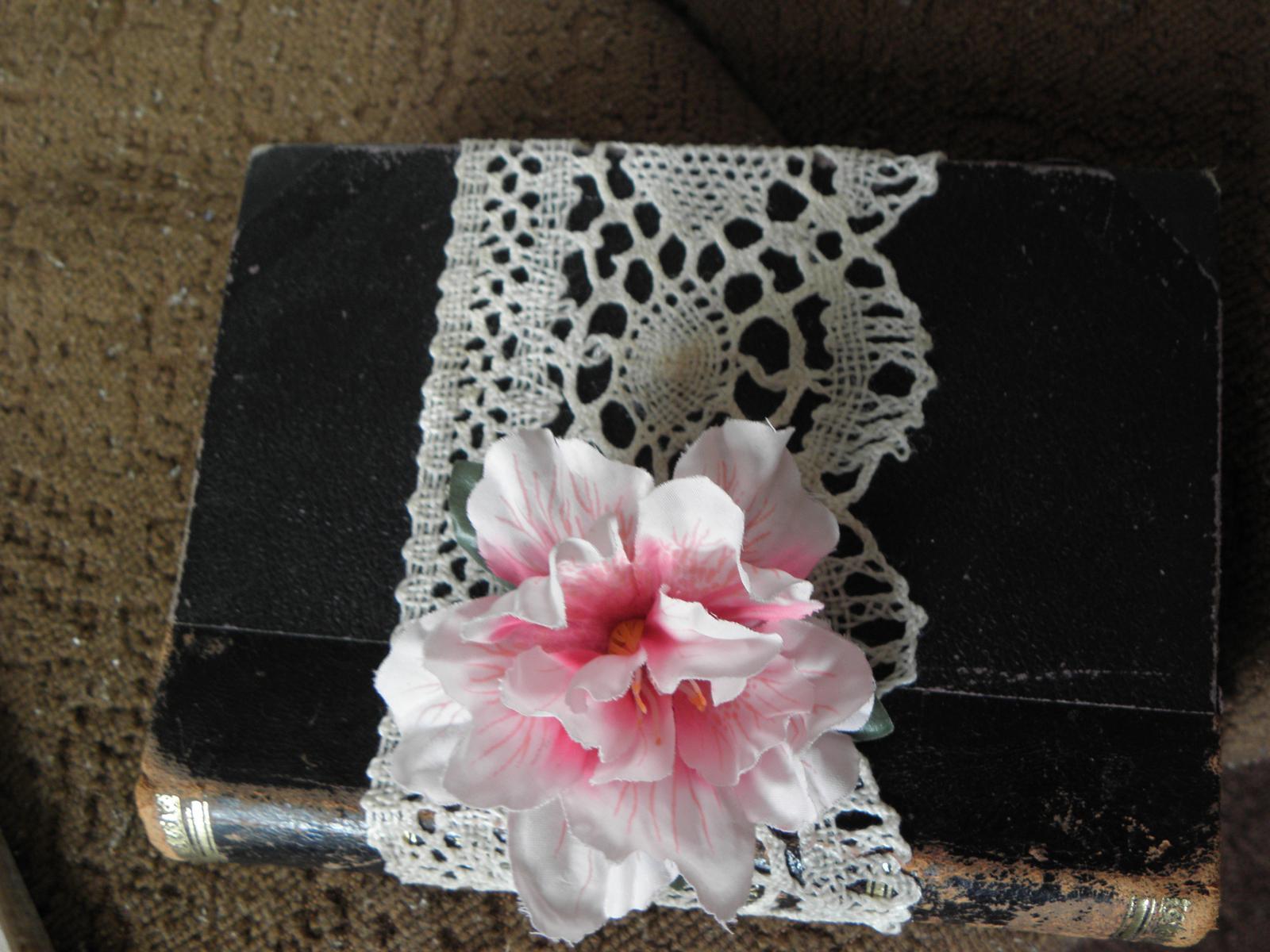 Selská svatba + Má tvorba - Tady moje knížka pod prstýnky.. Ještě je potřeba dodat úzkou krajku a barevnou stužku pod kytičku.. :)