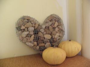 Přítel mi vytvořil srdíčko z pletiva a kamínků... :) Není dokonalé, ale bude krásnou dominantou u roubenky či u venkovního posezení.. :)