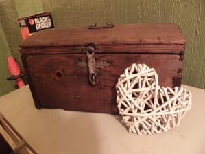 Moje zrenovovaná truhlice na svatební přání... :) Není nad staré rodinné dědictví... Původně vojenský kufřík... To vojáčkovi muselo stačit... nj, příruční zavazadlo.. :)