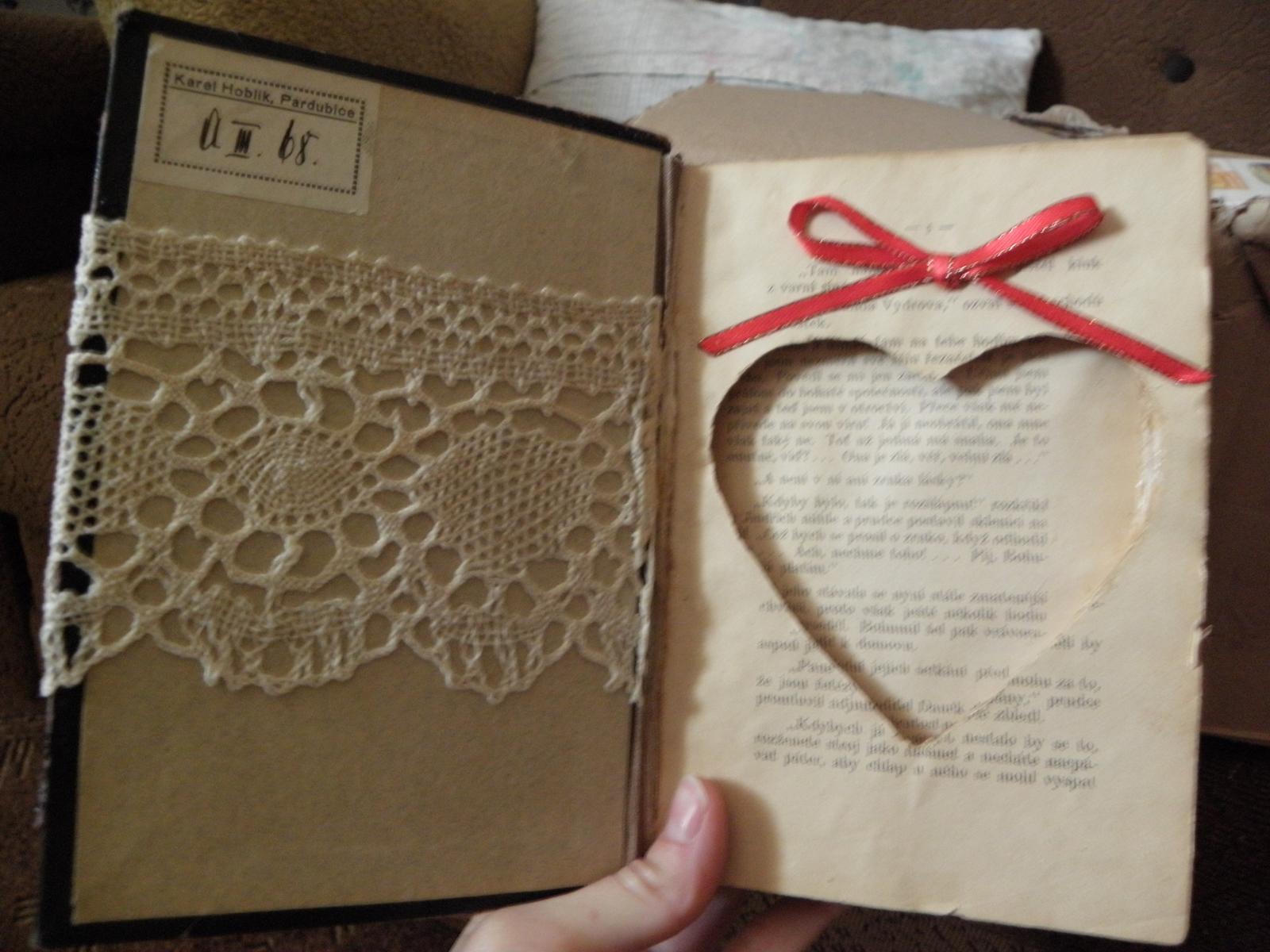 Selská svatba + Má tvorba - A vnitřek knížky na prstýnky... Jsem naprosto spokojená... Je to jednoduché, staré a efektivní... Ta krajka je ještě po mé prababičce... :)