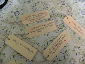 A tady již prvních pět lístečků s již připravenými vzkazy. Tyto připnu na dřevěné kolo od bývalého vozu, aby se první pisatel vzkazu necítil nijak divně, že je první..