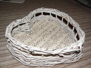 Nakonec jsem i já podlehla a budu mít košíček na vývazky... :D Ještě nabarvit, přelakovat a stužku.. a je to komplet.. :)