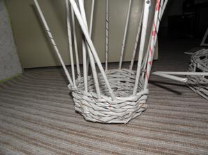 Snoubenec propadl pletení víc než já sama... Nakonec mu to asi úplně přenechám... :D Ještě kdyby ho tak bavilo ty ruličky motat... :D