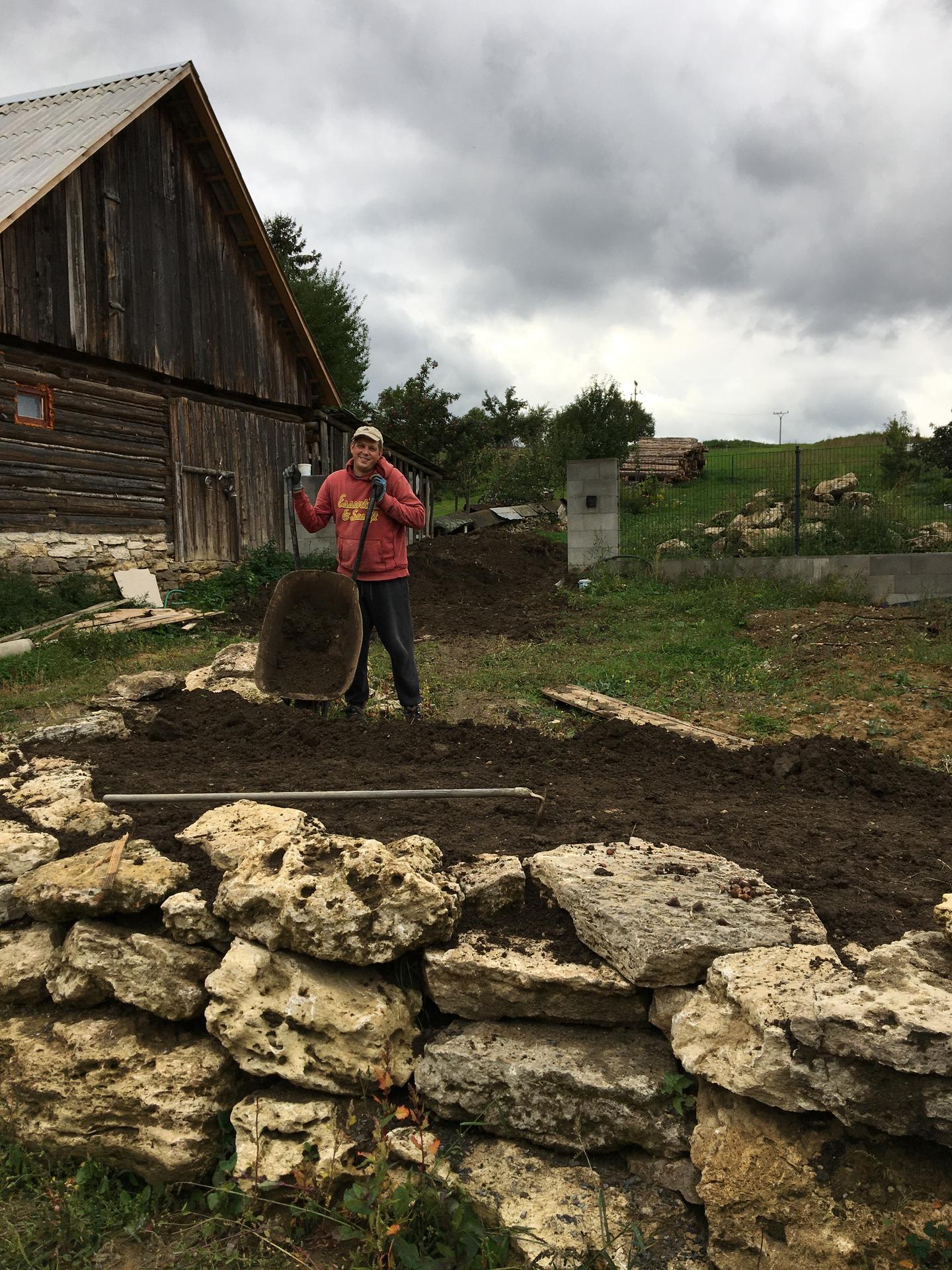 Tvorime zahradny domov - Furikovacia a hrablickovacia vikendovka za nami.