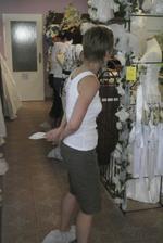 V půjčovně svatebních šatů