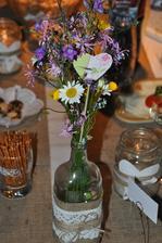 Kvietky som do váz rozdelila z mojej najkrajšej kytice v živote! Vo svadobné ráno prišiel, vtedy ešte len môj budúci manžel domov a so sebou doniesol najväčšiu a najkrajšiu kyticu lúčnych kvetov:))))