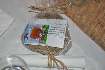 darčeky hosťom, vlastnoručne šité srdiečka s čipkou, niečo sladké a ďakovný list:)