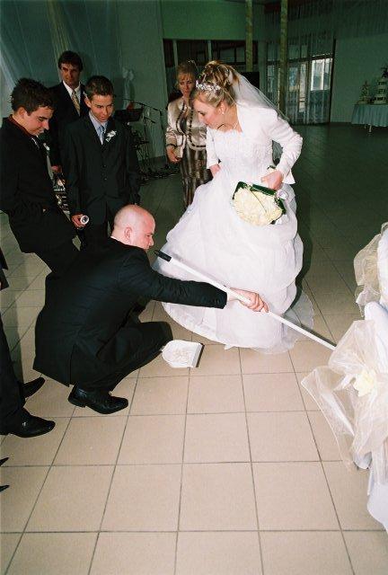 Lucia{{_AND_}}Jarino - ženích zametá črepiny pod nevestine šaty
