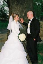 šťastný manželia - sľubujú si vernú lásku a šepkajú si...