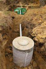 3000L nadrz na dazdovu vodu (ta zelena) + betonova rezerva pre pripad preplnenia...