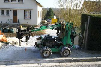 Mensi robot Technopieux...tento nam vrtal piliere pre zahradnu chatku a pergolu.