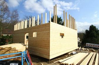 19/03 - Steny su potiahnute do vysky prveho poschodia. Zajtra treba postavit lesenie.