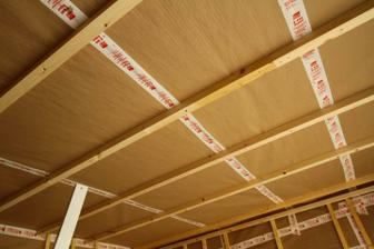 27/04 - Zaciatok izolacie - papier kraft na muroch/plafone/streche, potom pojde nafukat dnu celulozna vata.