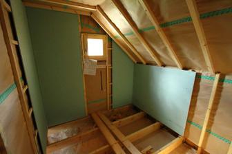 30/04 - V kupelke davame Placo Hygro okolo sprchy a vane. Zvysok kupelne zostane dreveny obklad. Pod oknom ale je tiez uz placo zelene, cize obkladacky tam budu.
