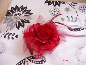 krásná růžička do vlasů na gumce