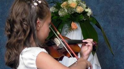 druzicka hrala na husliach