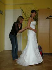 Oblékání  nevěsty.