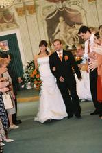 Novomanželé vychází z obřadní síně.