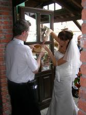Nevěsta musela zvládnout ukrojit krajíc chleba...ovšem příborovým nožem:-)
