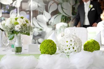 Takéto bielo zelené guľky z chryzantém...hlavný stôl, pomedzi tieto gule svietniky so zelenými sviečkami...