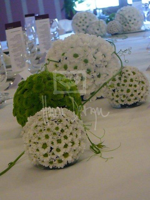 Aby sa všetci cítili príjemne...:-) - Na ostatné stoly na striedačku biela guľa, sklenený svietnik so zelenou sviečkou a zelená guľa :-)