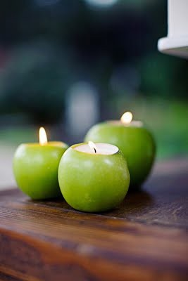 Aby sa všetci cítili príjemne...:-) - Chcela som aj zelené jabĺčka, ale už by toho bolo na stoloch veľa, tak ich použijem ako svietniky po schodoch ku sále...