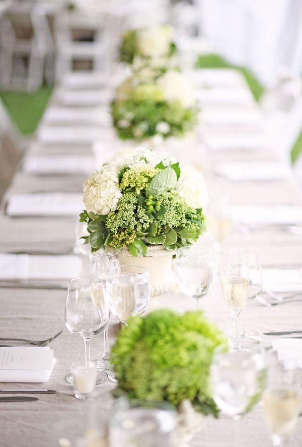 Aby sa všetci cítili príjemne...:-) - Aj my chceme mať biely satén  cez stred stola, zelená aspoň krajšie vynikne :-)