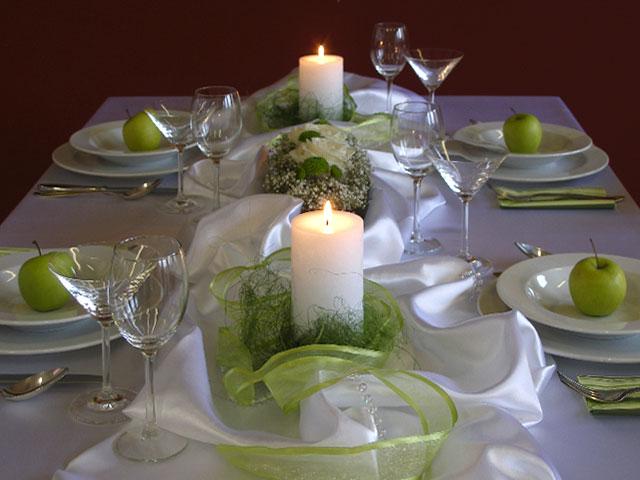 Aby sa všetci cítili príjemne...:-) - Veľmi podobne to chcem mať aj ja, ale satén nebude pokrčený sviečky budú zelené v svietnikoch a kvietky budú vypichované guľky :-)