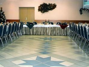 iný pohľad, na stoličkách budú biele návleky s bielymi mašľami