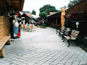 záhrada, budeme tu podávať švédske stoly po polnoci:)