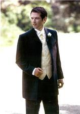 Skoromanžel bude mít černý oblek s proužkem, bílou košili a krásnou kravatku :o)