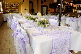 Naše objednaná dekorace na stoly a židle, jen ve světle zelené :)