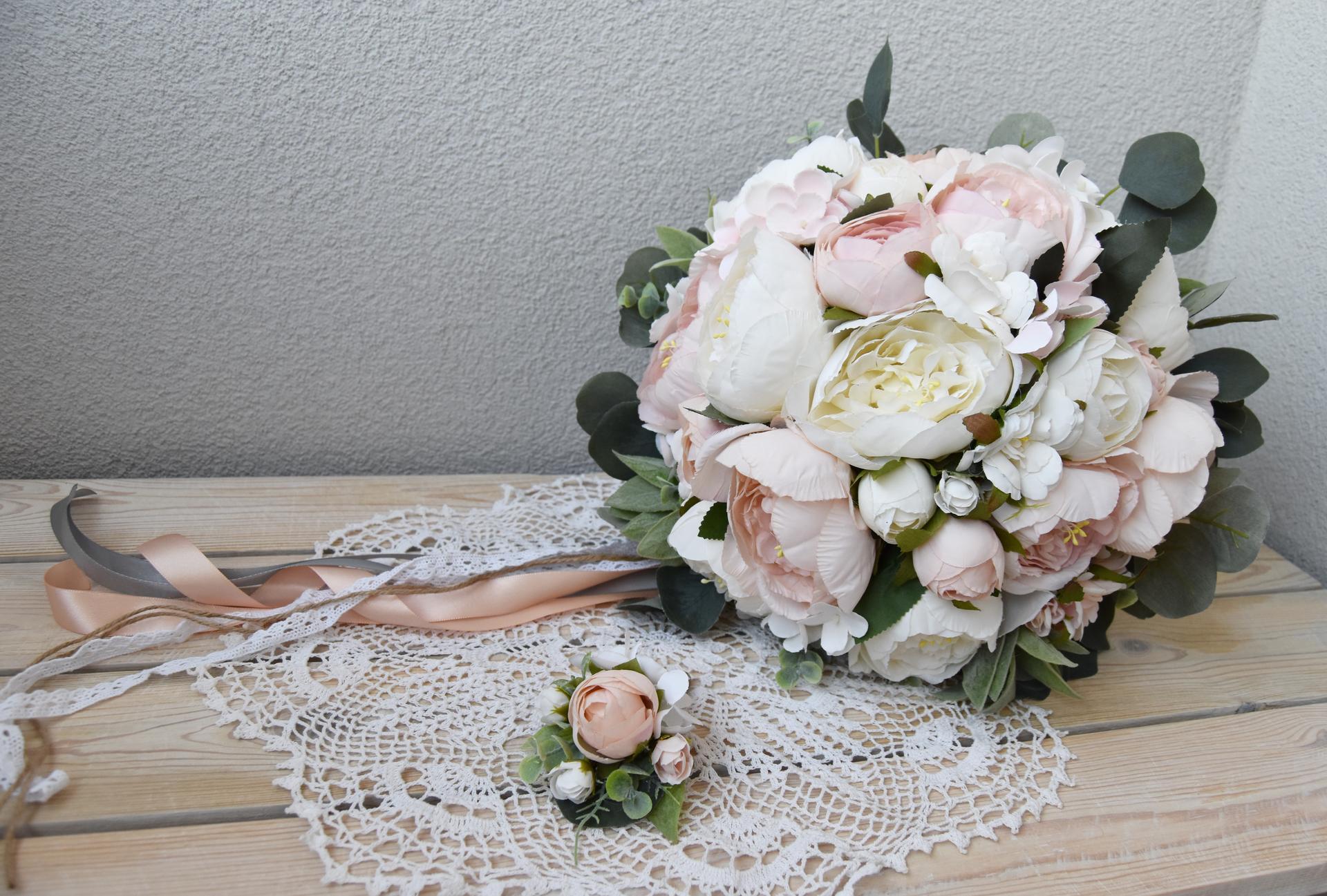 Wedding Time - moja svadobná kytica ♥ dlho som riešila dilemu či živá alebo umelá, či si ju dám niekomu urobiť alebo to skúsim sama, nakoniec som si teda kyticu urobila sama z kvetov, ktoré chcem použiť aj na výzdobu u nás doma a aj v sále aby všetko krásne ladilo