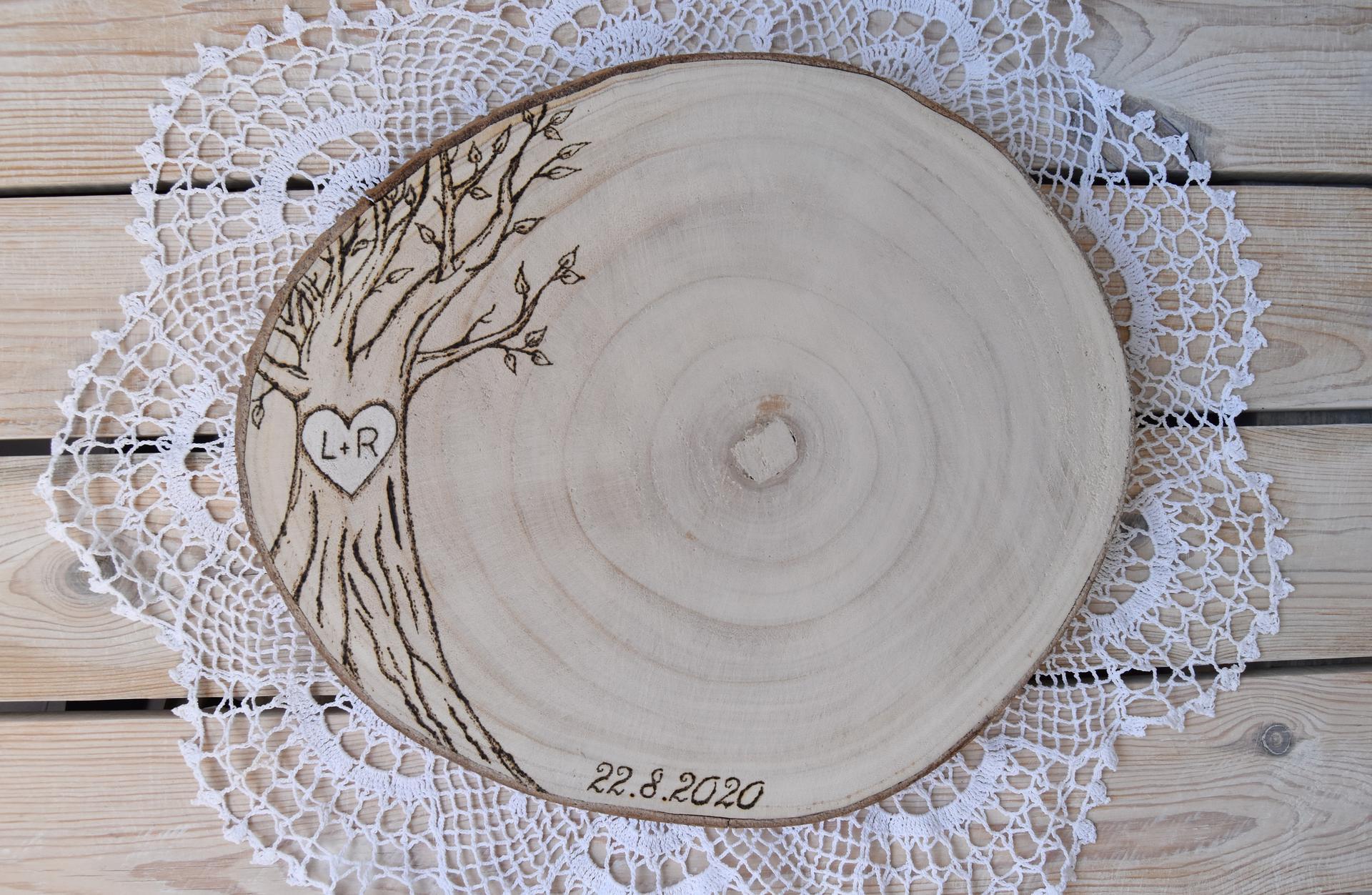 Wedding Time - s touto mojou predstavou svadobnej podpis tabule som sa už rozlúčila ale nakoniec som našla správne drevo, nakreslila si strom a následne vypálila :)