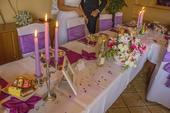 Set dekoracii na fialovu svadobnu hostinu,