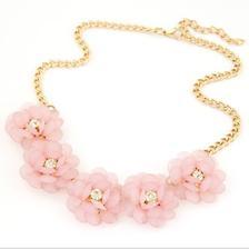 Květinový náhrdelník budou mít všechny stejný, jako dárek ode mě :)