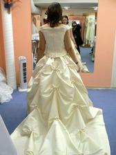 8.šaty-Masarykova.Jen jedna paní a oblékala 2 nevěsty, moc šikovná.