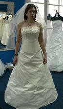 14.šaty-nevšední, taky moooc krásný, hned bych si je vzala, ale ten korzet nahoře.... ;o(