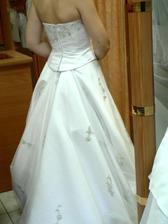 15.šaty-salon Pronuptia-šaty favoritky zezadu, neměly žádné ale. A jak vypadají zepředu? Tak to uvidíte až 9.9. ve 14 hodin ve Křtinách :oD